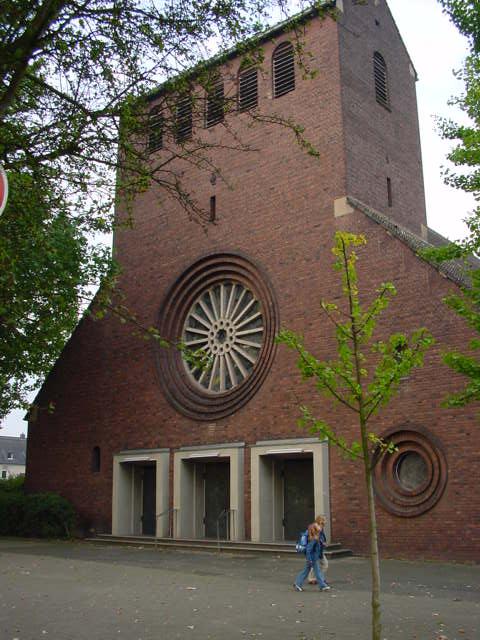 Wegen der notwendigen Überbrückungszeiten verändert sich in Petrus Canisius die Zeit allerdings von 11 Uhr auf 11:15 Uhr.