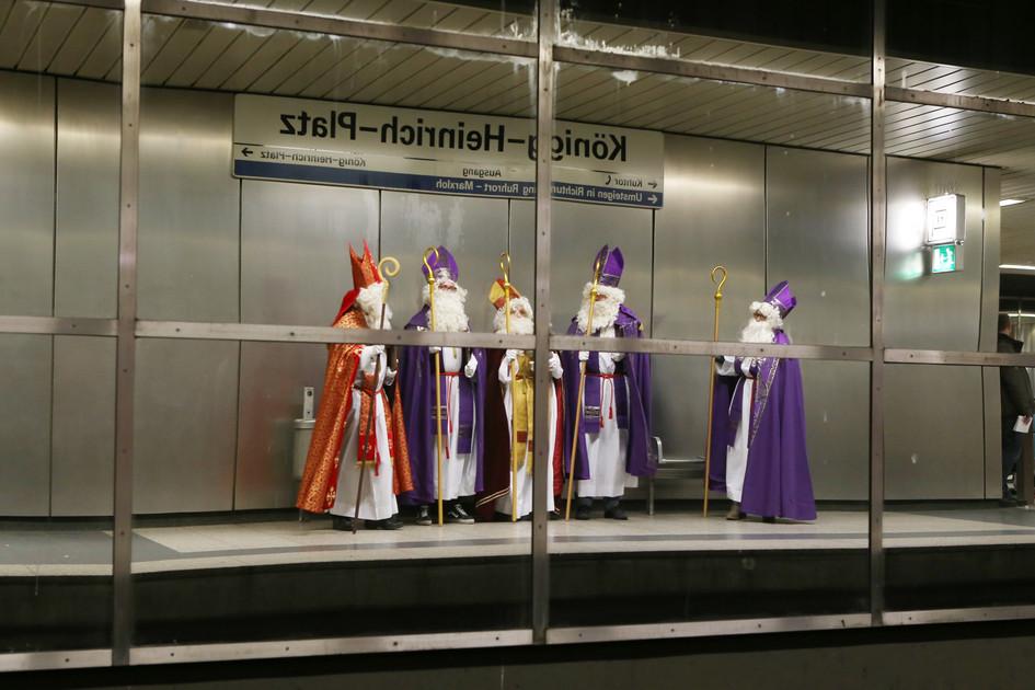 In der Duisburger U-Bahn waren am Mittwoch sechs Nikoläuse der gemeinsamen Nikolaus-Aktion von Adveniat und BDKJ unterwegs - einer fehlt auf diesem Bild. (Foto: Nicole Cronauge / Bistum Essen)