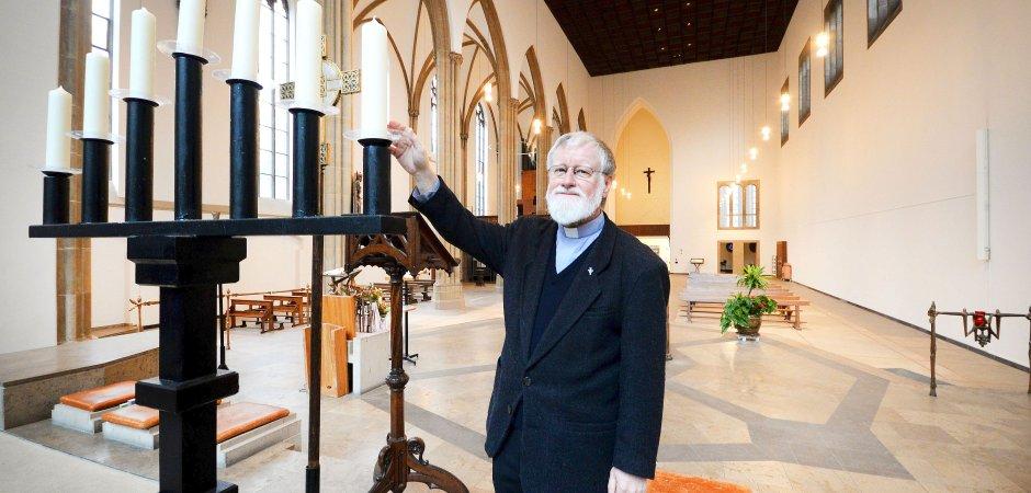Pfarrer Bernhard Lücking in der St. Josephskirche: Der 69-Jährige ist stolz auf den renovierten Innenraum. (WAZ-Foto:Stephan Eickershoff)