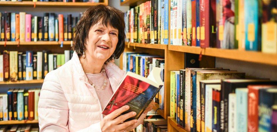 Marion Boes ist seit knapp 40 Jahren für die kleine Bücherei der katholischen Kirchengemeinde St. Elisabeth in Duisburg-Duissern ehrenamtlich zuständig. (WAZ-Foto: Lars Fröhlich)