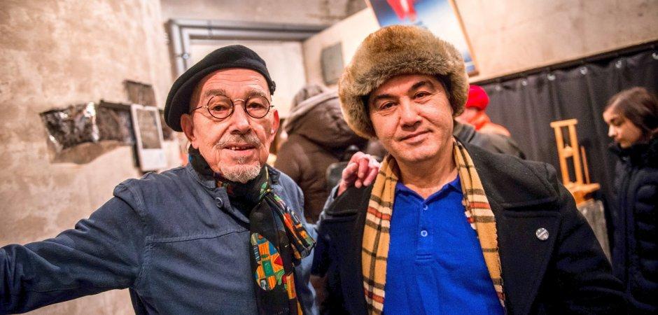 Die Künstler Chinmayo (li.) und Hektor setzen sich künstlerisch mit der Freundschaft auseinander. (WAZ-Foto:Fabian Strauch)