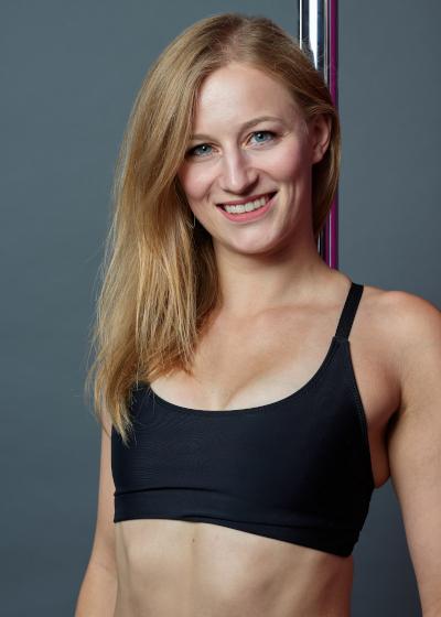 Juliane an den Silks - neben der Leitung des Verticals unterrichtet sie Poledance, Aerial Silks und Flexibility Klassen.