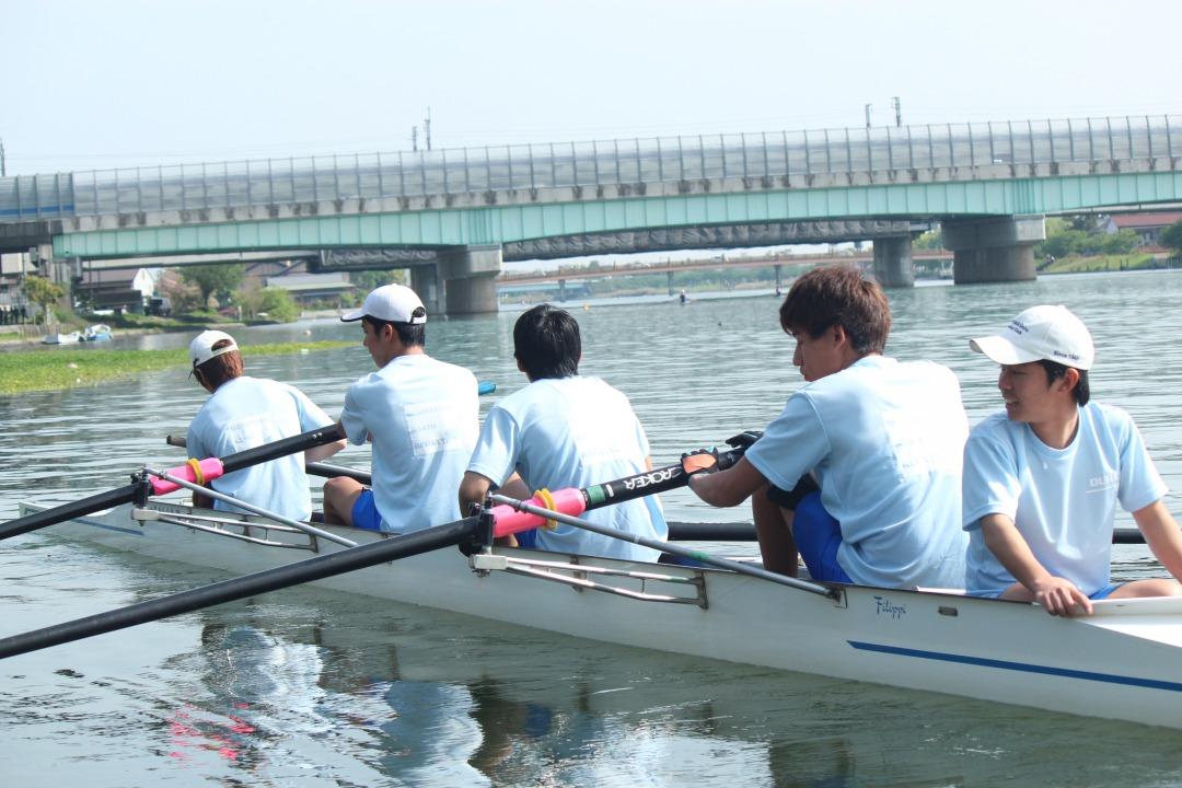 漕手4人がそれぞれ1本のオールを使って漕ぎ舵手が舵をとる【舵手付フォア】