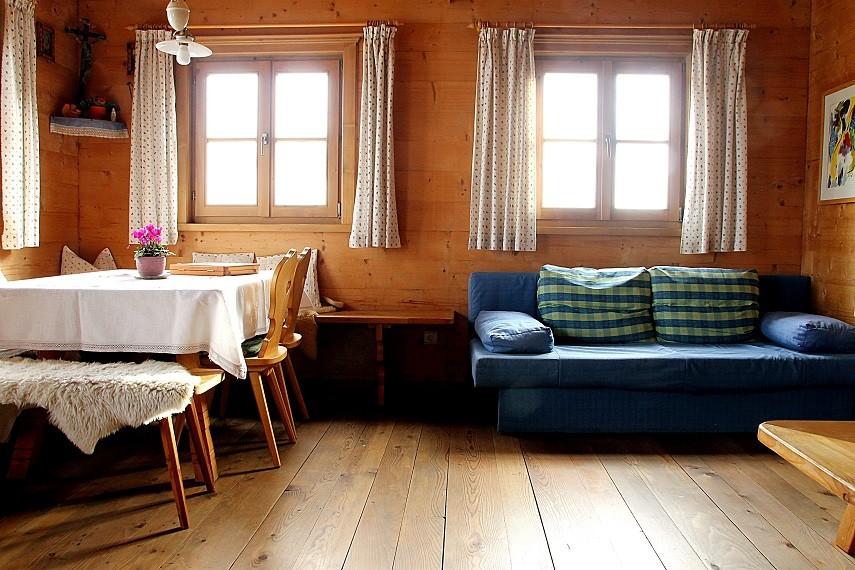 Esstisch und ausziehbare Couch in der Stube