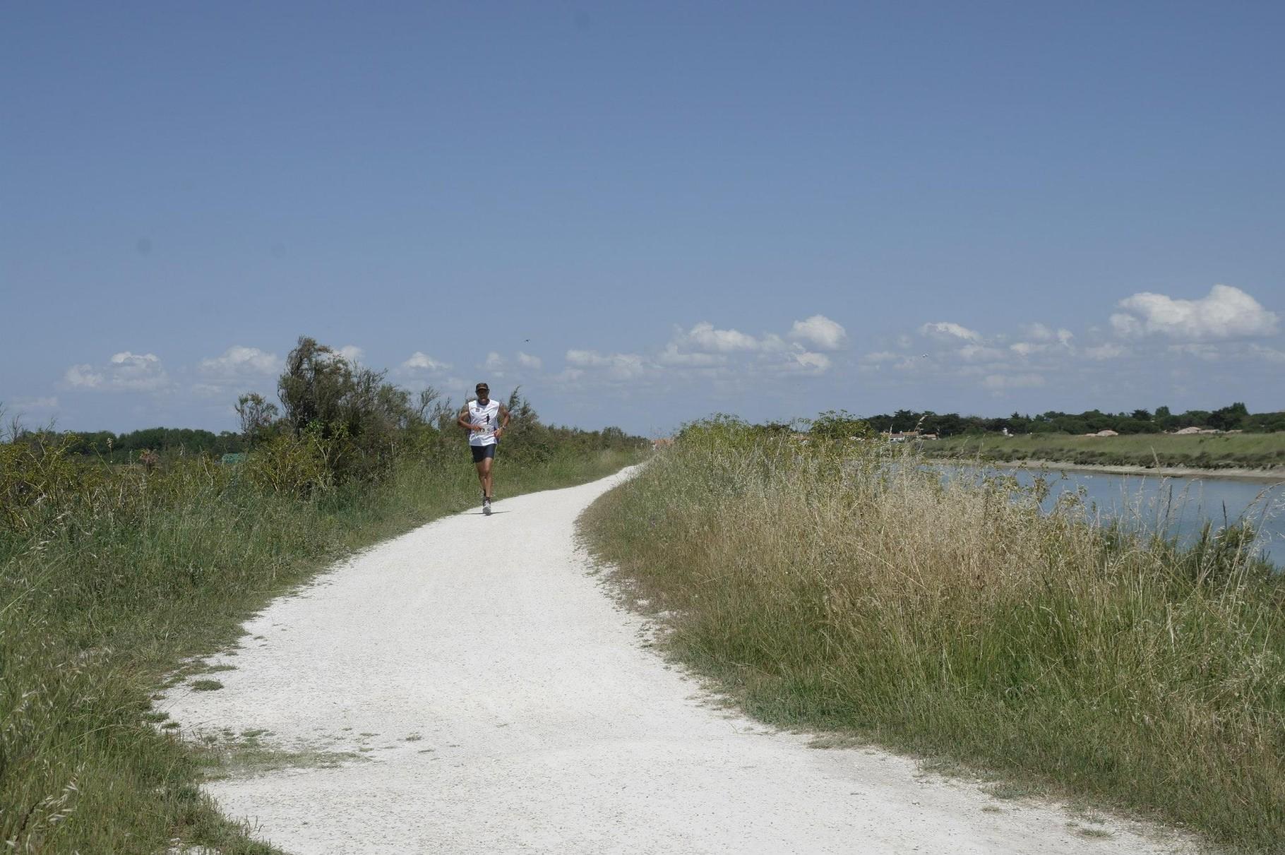 La course continue sur les pistes cyclables tout autour du village...