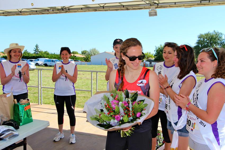 La grande gagnante de l'Oléronaise est applaudi par tous, l'adjoint au maire et Miss Poitou-Charentes lui remettent le bouquet !