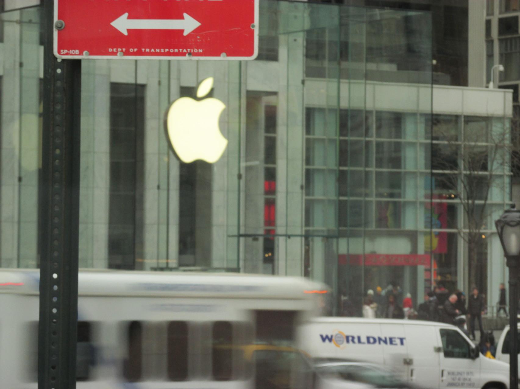 Der Apple Store! Ertsens er ist unter der Erde, zweitens er schließt nie!