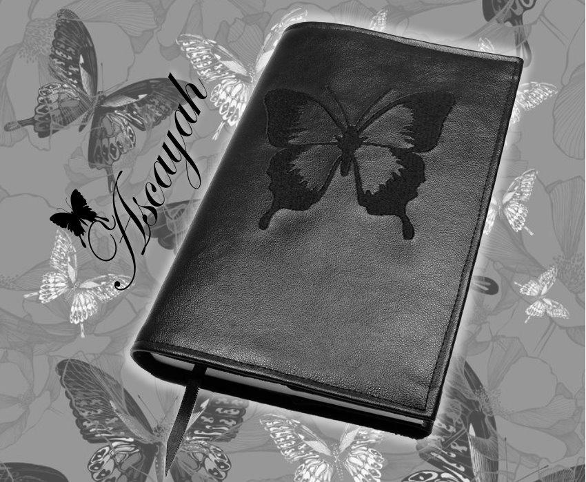 Buchhülle Ascayah aus schwarzem Kunstleder mit Schmetterlingsstickerei