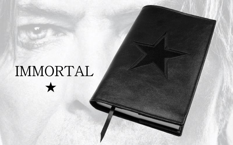 Buchhülle Immortal aus schwarzem Kunstleder mit schwarzem gesticktem Stern