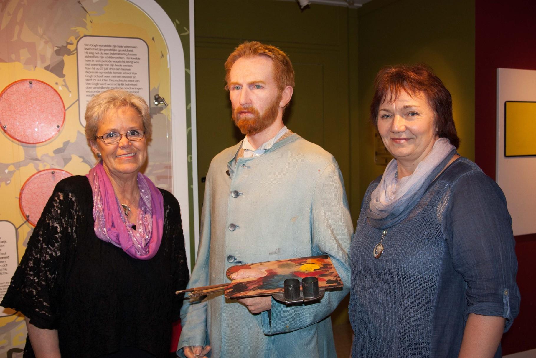 Cornelia und Olga holen sich Tipps von Van Gogh für die nächste Malstunde :-)