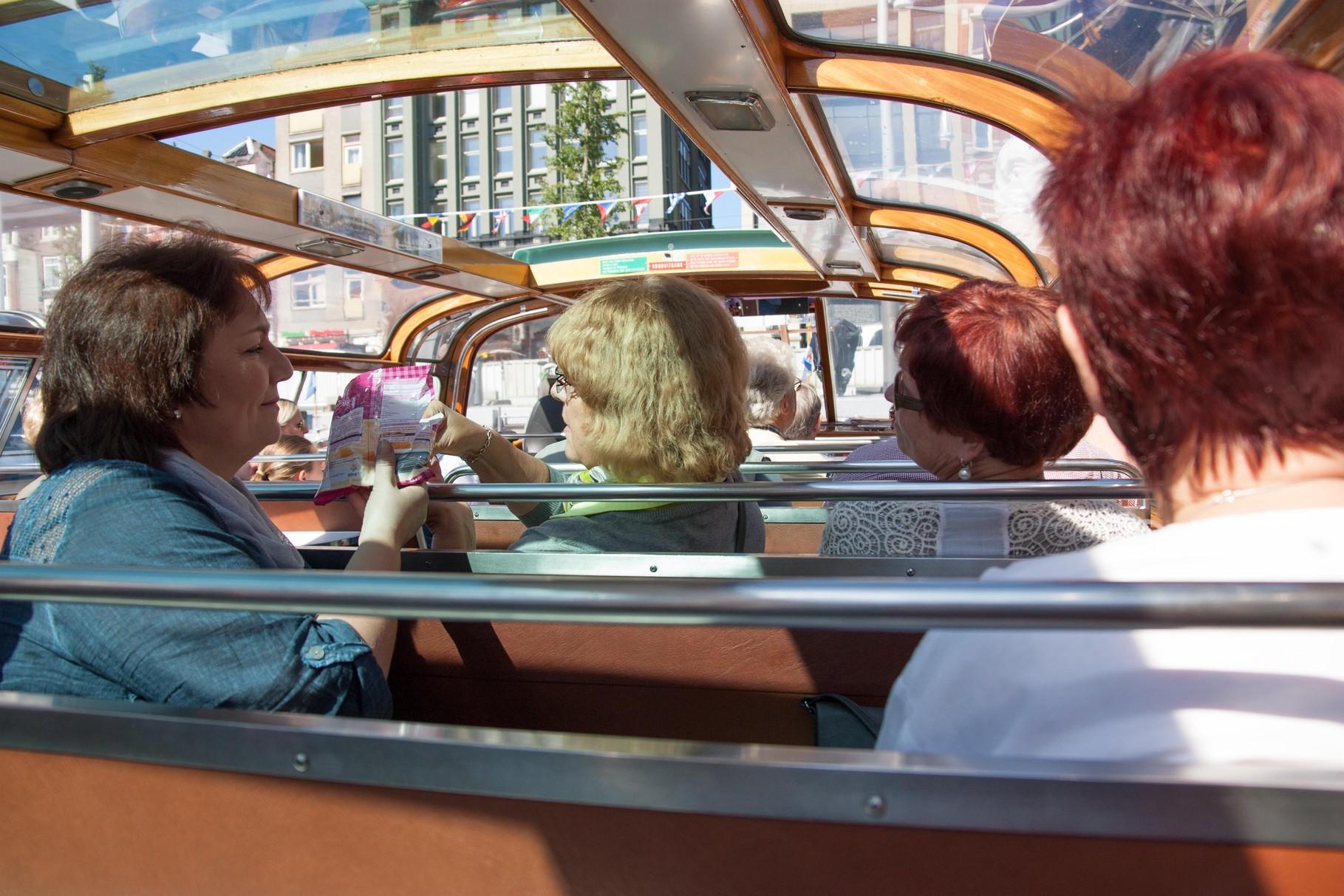 Fahrt mit dem Glasboot durch die Grachten Amsterdams