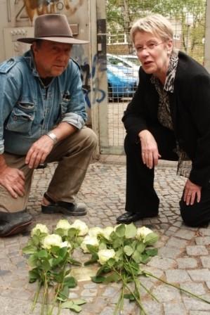 Gunter Demnig und Petra Merkel gedenken Paula Dienstag