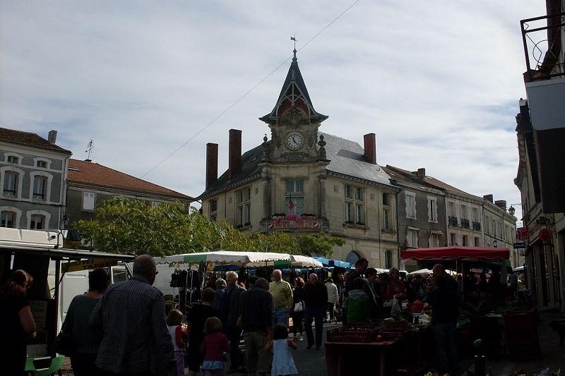<h2>Piégut-Pluviers son marché, la mairie</h2>