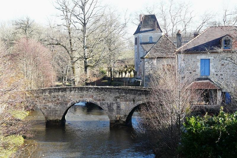 <h2>Le village classé de Saint-Jean-de-Côle, pont et prieuré</h2>