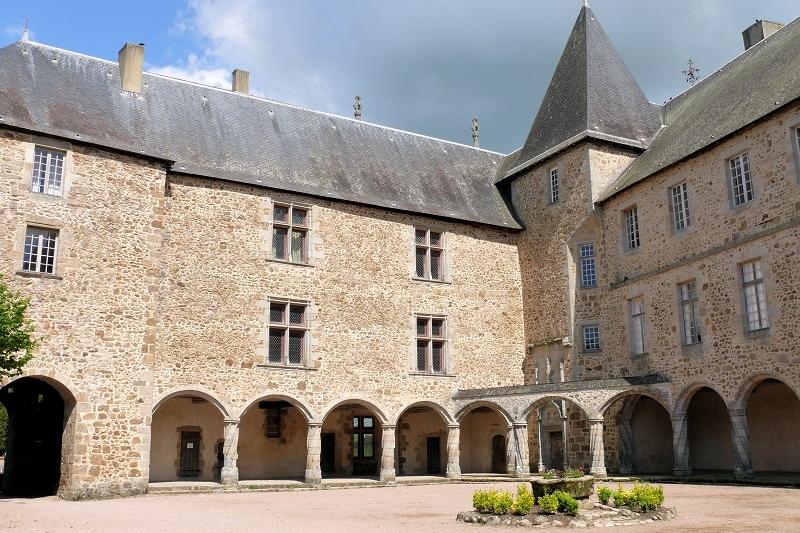 <h2>Le château de Rochechouart et son musée d'Art moderne</h2>