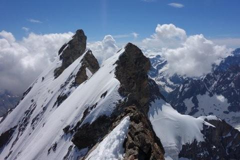 Maintenant il y a un peu moins de neige sur les Arêtes de la Meije (photo Lionel Bunge du 2 juillet en sortant du Gravelotte). A droite, en bas, le Col du Pavé à 3550m.
