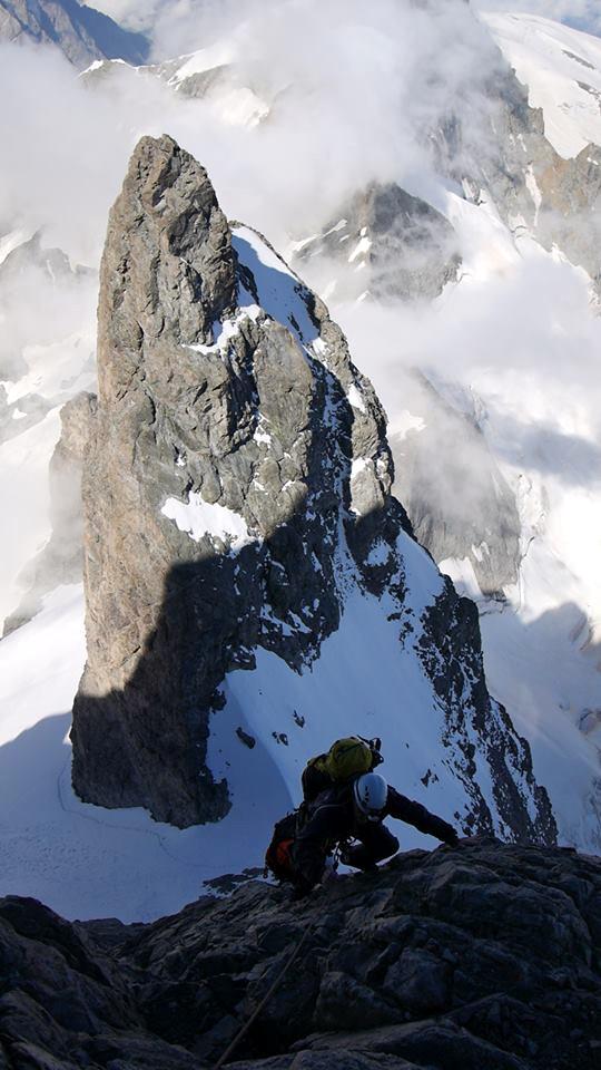 En bas vers 3650m on aperçoit la trace sur le Glacier Carré. La cordée remonte vers le Cheval Rouge sur la traversée de la Meije. Merci Bertrand David (guide) pour la photo.