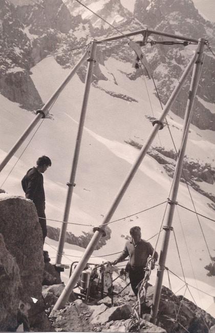 En 1965, l'hélico ne pouvait déposer de lourdes charges au niveau du refuge. Elles étaient  hélipotées jusqu'en haut de la moraine puis un monte charge  les remontait jusqu'au Promontoire.