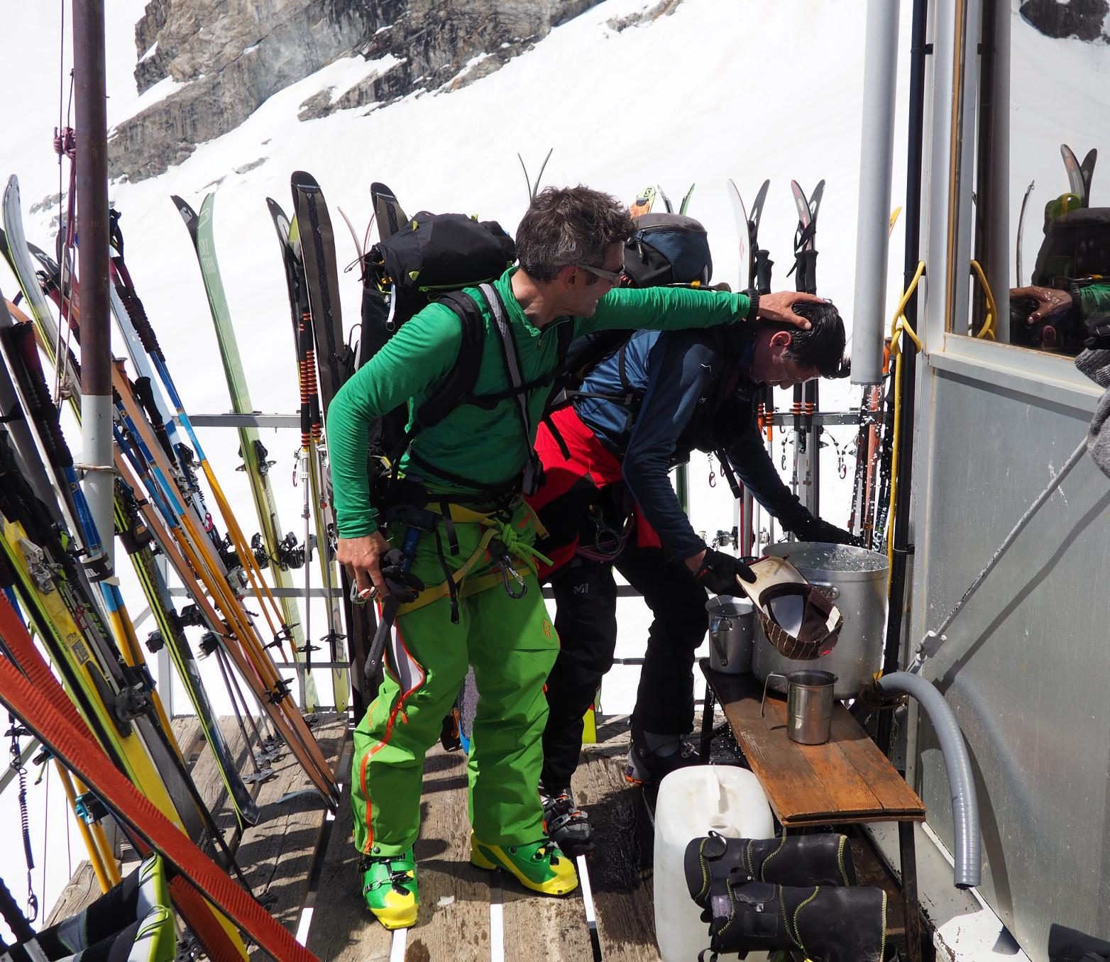 Après un emontée bien chaude jusqu'au refuge les skieurs de rando jouent... avec les gamelles d'eau ! (ça tombe bien on n'en manque pas en ce moment !)