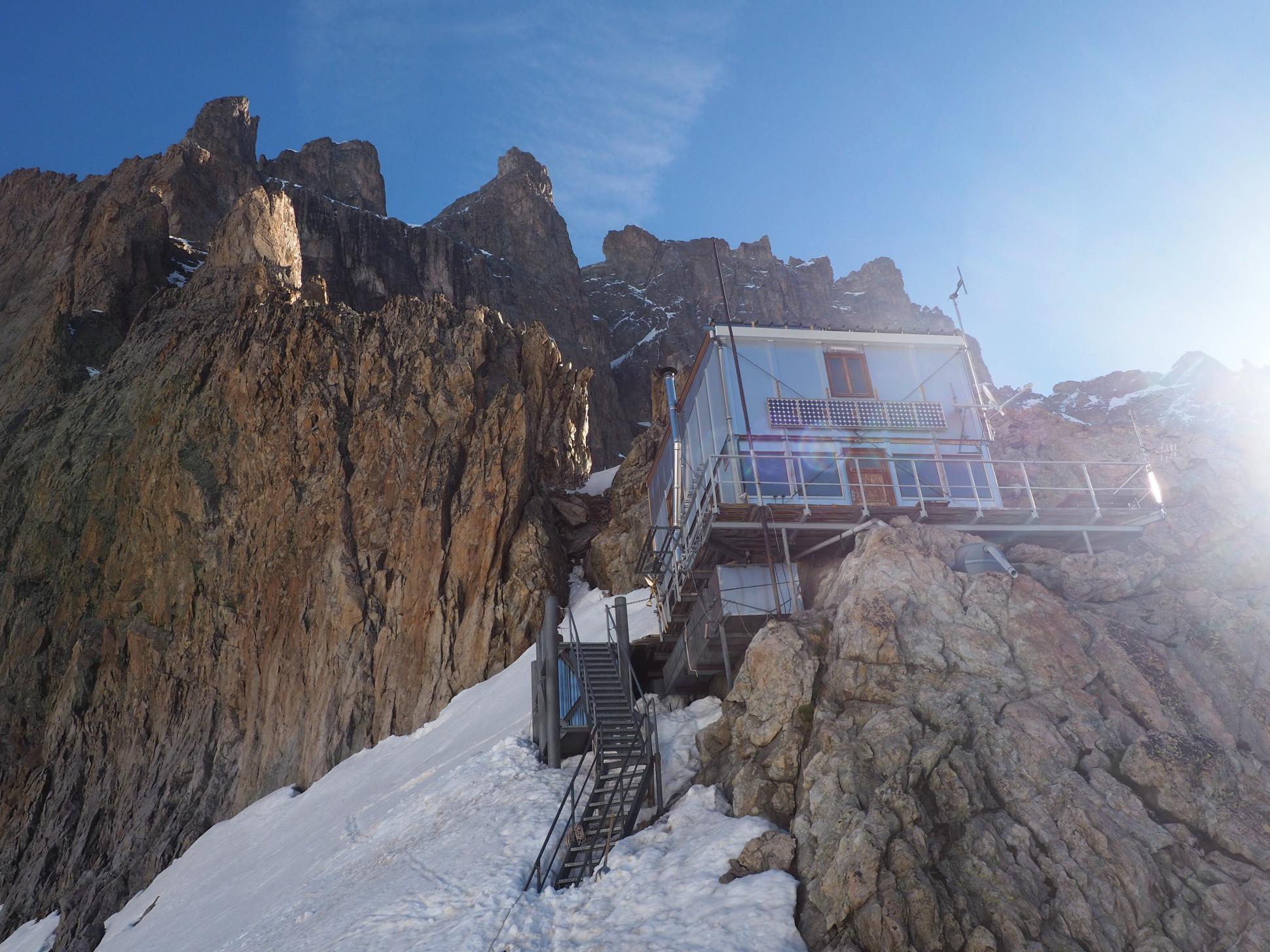 Réveil soleil au même instant sur le refuge et le sommet de la Meije !