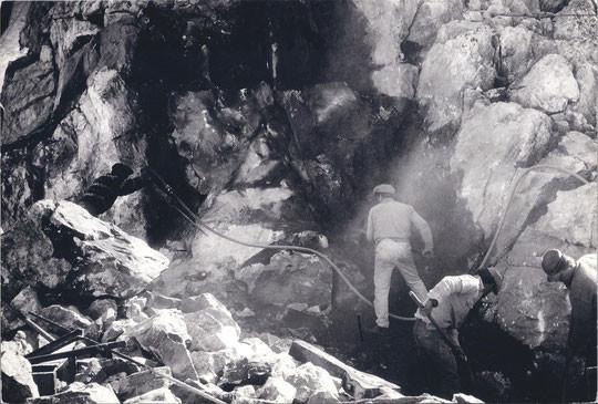 A 3100m en 1965, un travail de mineur pour élargir la plate forme du refuge.