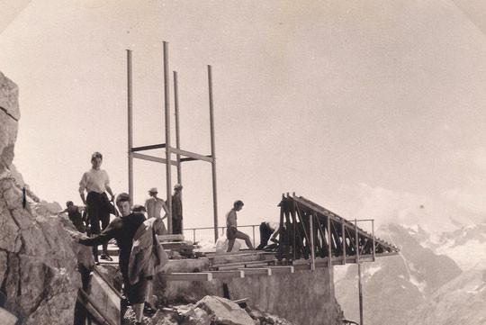 1965, première structure verticale du refuge.