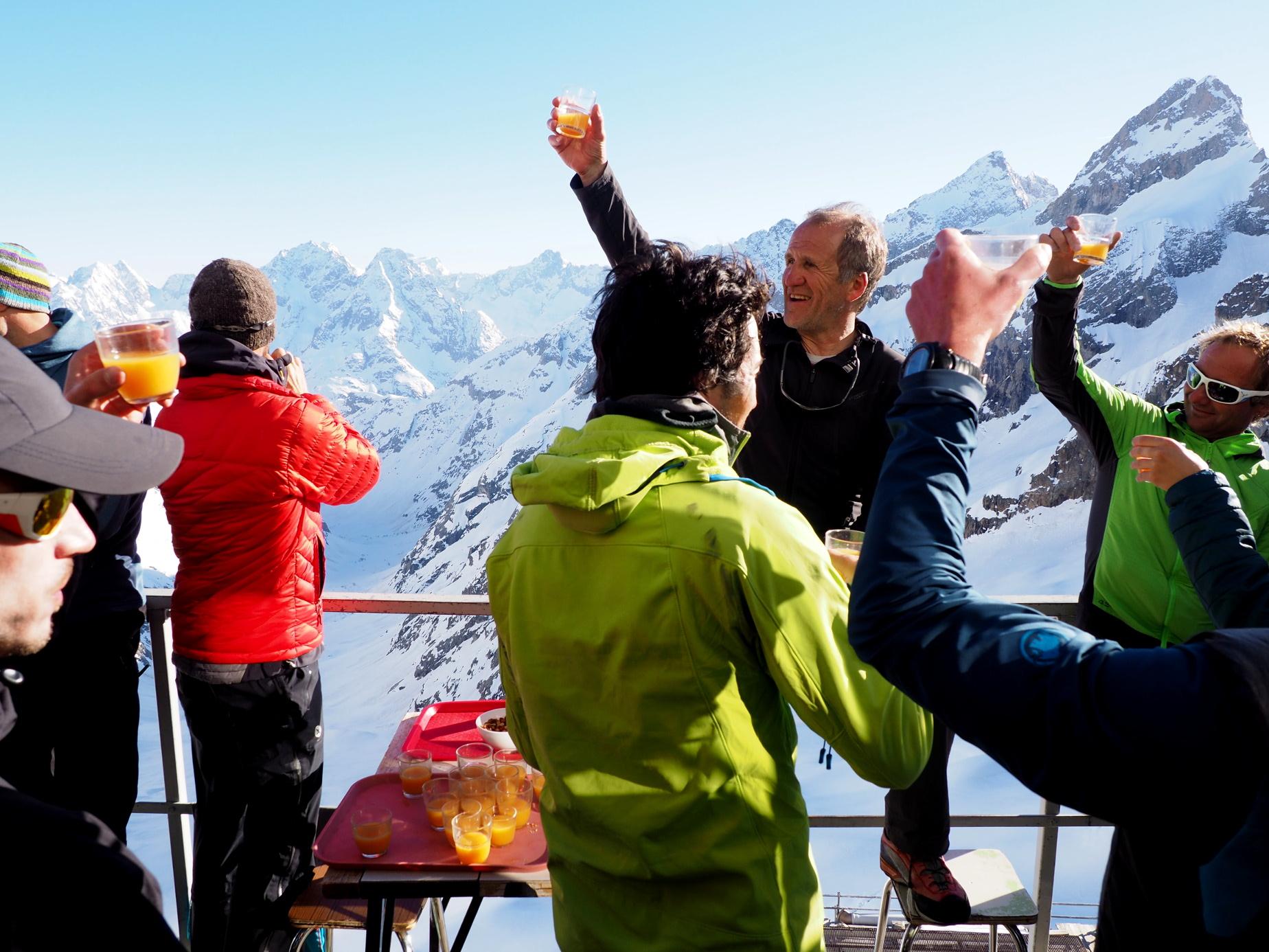 Avec les derniers rayons de soleil, hier l'apéro était servi  sur la terrasse pour les 35 skieurs de rando présents au refuge