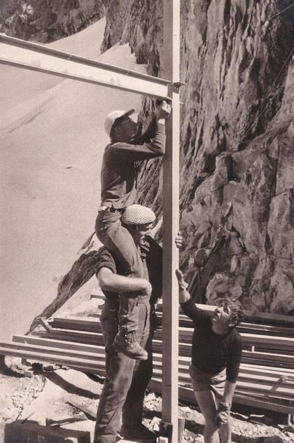 L'ossature acier du refuge, montée il y a 52 ans, n'a apparemment pas souffert.  Mais il y a quand même 6 semaines de travaux (purge et batîment) pour remettre le refuge en état de fonctionner... Début sans doute mercredi matin.