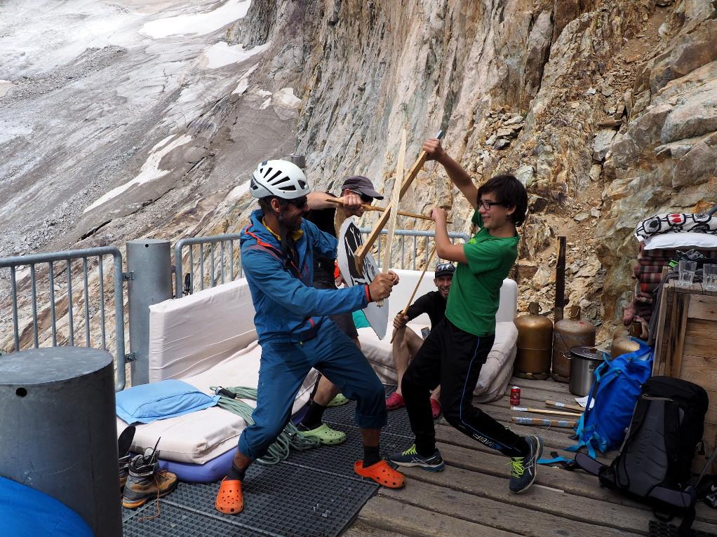 Tom, le guide suisse ne savait pas que les refuges étaient bien gardés en France ! Du coup ce matin avec ses cordées il s'est enfui très vite par la Traversée de la Meije!
