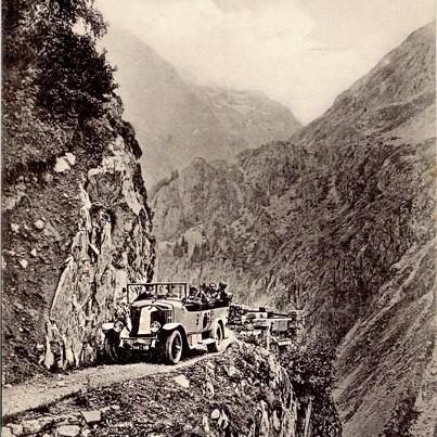 La route de La Bérarde - Un car dans un passage difficile. CPA n° 231 Martinotto Frères, Grenoble Carte non datée