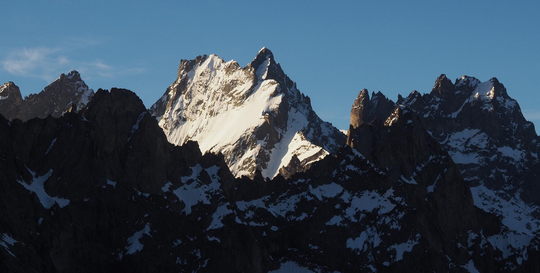 Réveil soleil ce matin sur le sommet de la Grande Ruine. Dans la bréche rocheuse juste à droite du sommet on aperçoit en tout petit le sommet de la Barre des Ecrins !