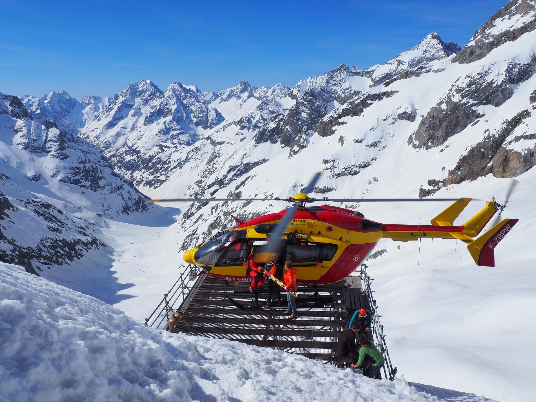 Un skieur s'est fait une luxation de la rotule et a sans doute touché ses ligaments croisés. Sur la DZ, médecin et secouristes accompagnent le bléssé pendant que nous rentrons dans l'hélico son sac et ses skis.
