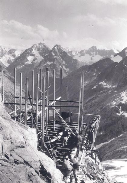 Eté 1965, le montage de la structure du nouveau refuge