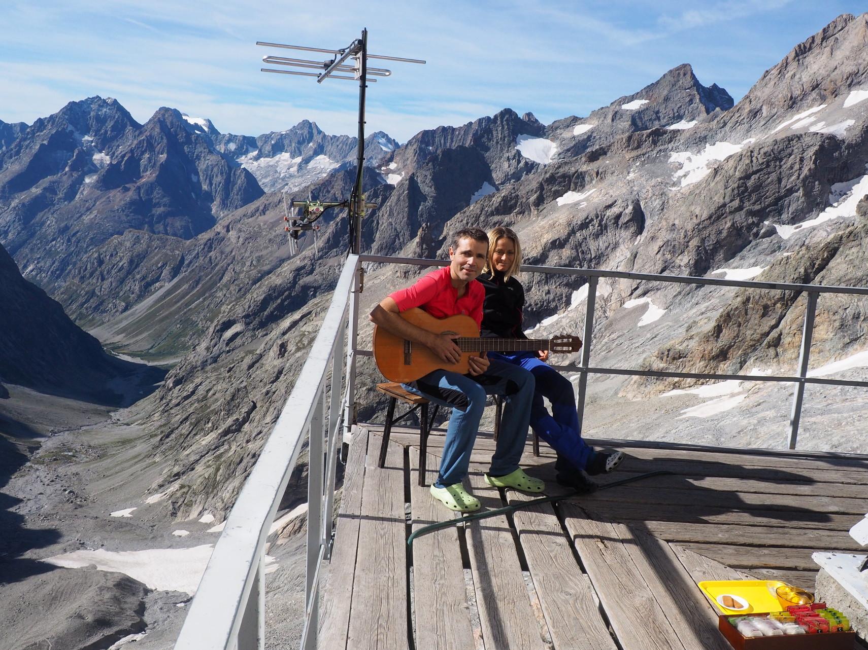 Hier midi, ils se sont installés au dessus du Vallon des Etançons, lui à la guitare , elle au chant... jamais ils n'avaient joué aussi haut. C'était beau, émouvant. Merci