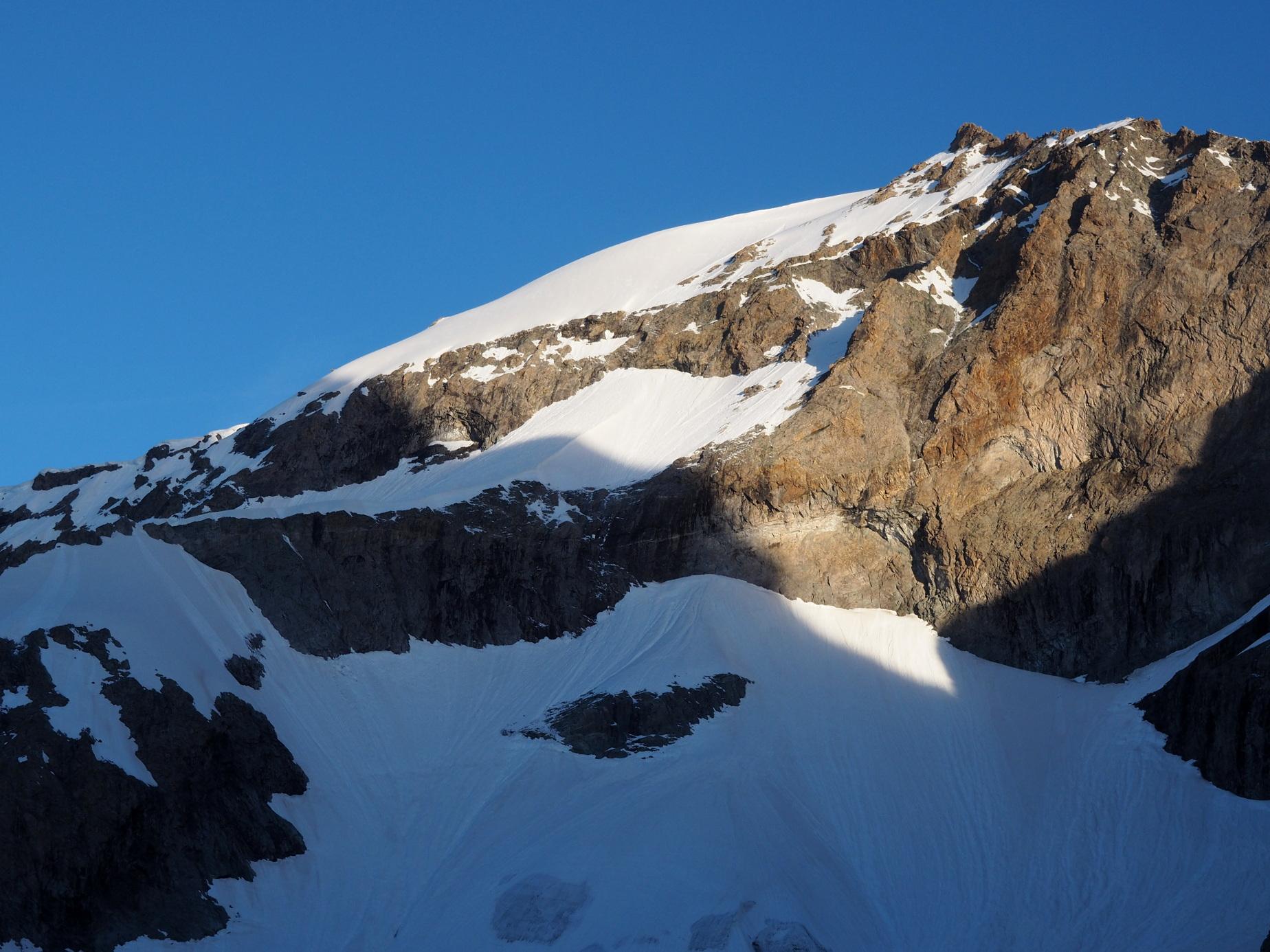 Réveil soleil sur le sommet Est du Râteau (3808m), juste au dessus du refuge