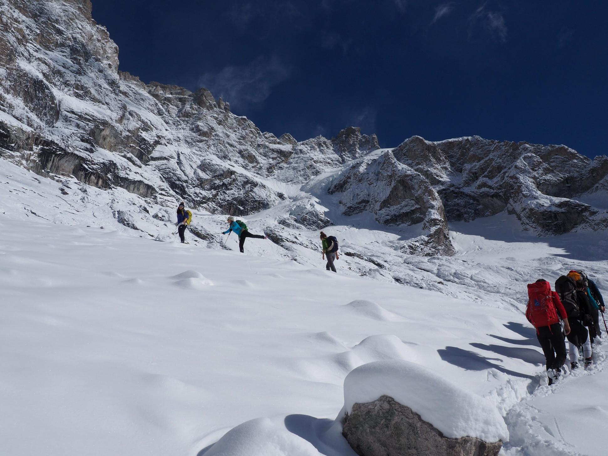 Vers 2900m, en haut de la morraine, déjà une neige bien présente dans un décor de rêve !