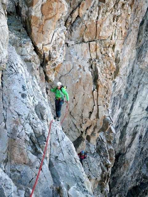Traversée de la Meije, au dessus de la dalle des autrichiens en montant vers le Pas du Chat . Photo Eliot Hennion.