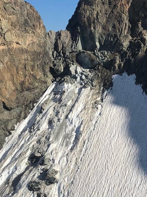 Le haut du Glacier Carré ce matin. Vers 6h15 un gros piton rocheux  s'est détaché (au niveau de l'ombre du rocher juste au-dessus de la glace) entrainant de la glace sur 2 à 3 métres d'épaisseur  (Photos Pghm).