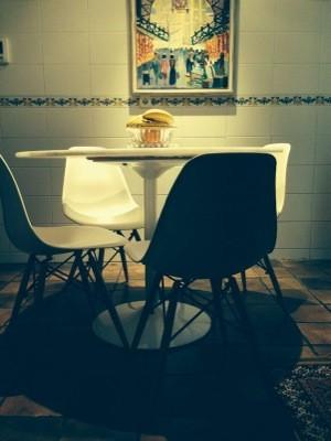 Mesa y sillas en la cocina de una clienta