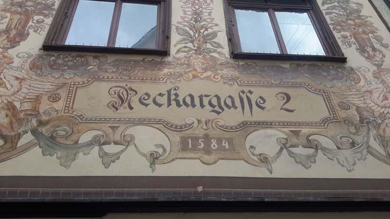 Kalligrafische Häuserfront