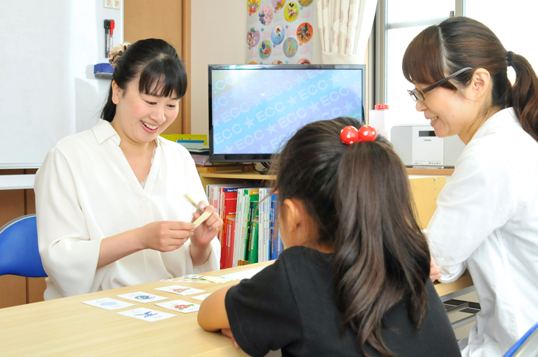 ECCジュニア鳴海町神ノ倉教室は徳重駅から徒歩約10分、熊の前小学校から徒歩10分以内です。当教室では、海外での生活経験のあるホームティーチャーによる幼児・小学生・中学生の子どもたちが楽しく学べる英語・英会話教室です。子どものタイプ別の適性や伸ばし方診断も開催中。 無料体験・レッスン見学はお気軽にお問い合わせください。