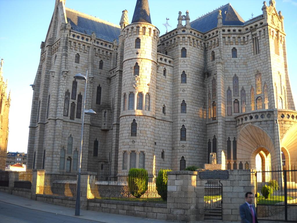 FACHADA DEL PALACIO DE GAUDI