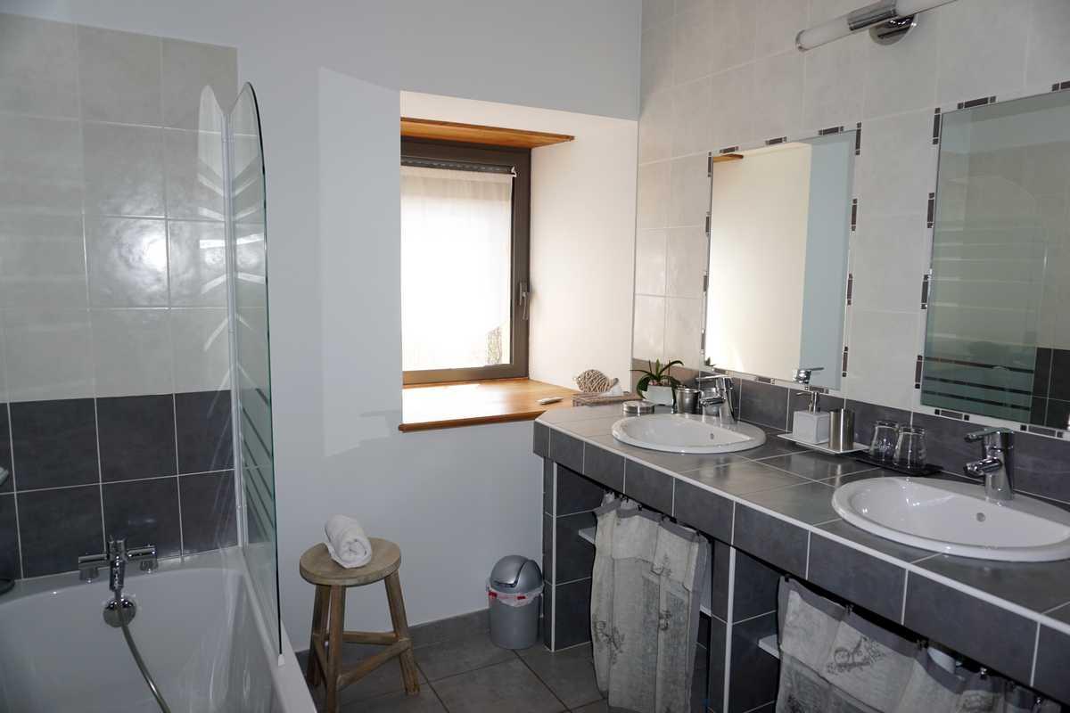Grande salle de bain de la suite