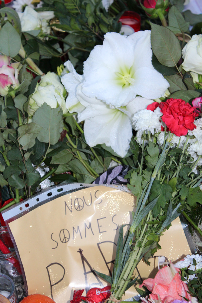 Nous sommes Paris. Blumen zum Gedenken an IS-Terror-Massenmord in Paris. Foto: Helga Karl