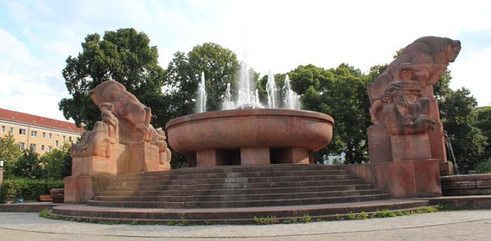 Der Fruchtbarkeitsbrunnen (oft Stierbrunnen genannt) Arnswalder Platz mit den Wasserfontänen. Foto: Helga Karl