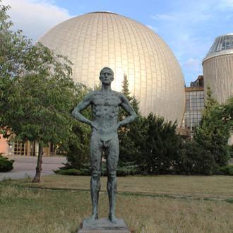 Statue Nackter Mann vor dem Planetarium an der Prenzlauer Allel Thälmann-Kiez im Prenzlauer Berg. Foto: Helga Karl
