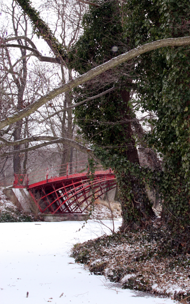 Rote Brücke über schneebedecktem Schlossteich im Schlossgarten Charlottenburg. Foto: Helga Karl