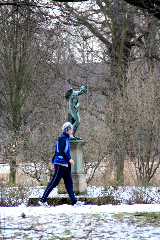 Amor zielt auf Joggerin auf der Luiseninsel im Schlossgarten Charlottenburg. Foto: Helga Karl
