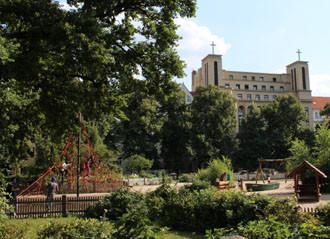 Spielplatz Klausener Platz vor der kath.St.Kamillus-Kirche