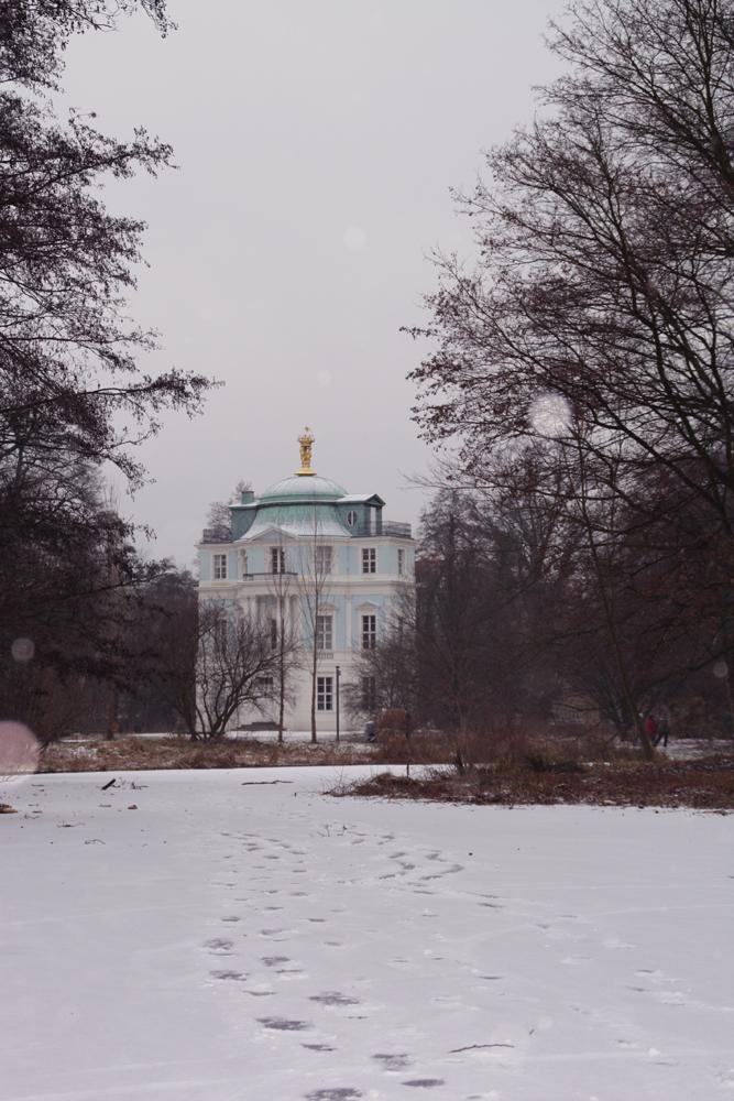 Spuren im Schnee vor dem Belvedere. Schlossgarten Charlottenburg. Foto: Helga Karl